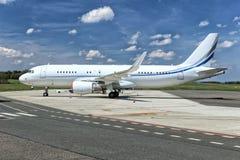 Άσπρο επιβατηγό αεροσκάφος Στοκ Φωτογραφίες