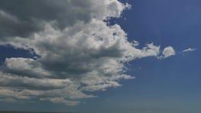 Άσπρο επιπλέον σώμα σύννεφων πέρα από τον ουρανό απόθεμα βίντεο