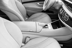 Άσπρο εσωτερικό δέρματος του σύγχρονου αυτοκινήτου πολυτέλειας Άνετα άσπρα καθίσματα και πολυμέσα δέρματος τιμόνι και ταμπλό Aut στοκ εικόνες