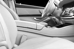 Άσπρο εσωτερικό δέρματος του σύγχρονου αυτοκινήτου πολυτέλειας Άνετα άσπρα καθίσματα και πολυμέσα δέρματος τιμόνι και ταμπλό Aut στοκ φωτογραφίες με δικαίωμα ελεύθερης χρήσης