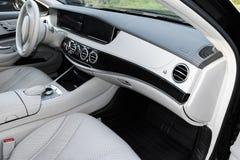 Άσπρο εσωτερικό δέρματος του σύγχρονου αυτοκινήτου πολυτέλειας Άνετα άσπρα καθίσματα και πολυμέσα δέρματος τιμόνι και ταμπλό στοκ εικόνα