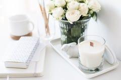 Άσπρο εσωτερικό ντεκόρ με το νέες χειροποίητες κερί και την ανθοδέσμη FR στοκ εικόνες