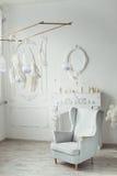 Άσπρο εσωτερικό περιοχής εισόδων με πλαστό Camino, εκλεκτής ποιότητας καρέκλα, φτερό διακοσμήσεων Στοκ φωτογραφία με δικαίωμα ελεύθερης χρήσης
