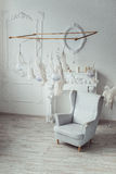 Άσπρο εσωτερικό περιοχής εισόδων με πλαστό Camino, εκλεκτής ποιότητας καρέκλα, φτερό διακοσμήσεων Στοκ φωτογραφίες με δικαίωμα ελεύθερης χρήσης