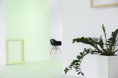 Άσπρο εσωτερικό στο σύγχρονο πολυσύνθετο διάστημα Στοκ Φωτογραφία