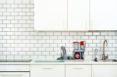 Άσπρο εσωτερικό σχέδιο, σύγχρονη και μινιμαλιστική κουζίνα ύφους με τις οικιακές συσκευές Ανοιχτός χώρος στο σύνολο καθιστικών στοκ εικόνα