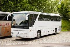 Άσπρο λεωφορείο λεωφορείων της Mercedes-Benz Στοκ Φωτογραφίες