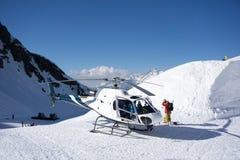 Άσπρο ελικόπτερο διάσωσης που σταθμεύουν στα βουνά στοκ φωτογραφίες