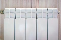 Άσπρο θερμαντικό σώμα σε ένα διαμέρισμα στοκ φωτογραφίες