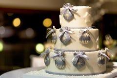 Άσπρο διακοσμημένο κέικ με τρεις στρώματα και κορδέλλες Στοκ Εικόνα