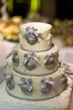 Άσπρο διακοσμημένο κέικ με τρεις στρώματα και κορδέλλες Στοκ εικόνα με δικαίωμα ελεύθερης χρήσης