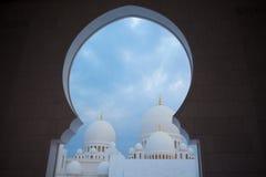 Άσπρο ιστορίας μουσουλμανικό τέμενος μνημείων κληρονομιάς ισλαμικό στο Αμπού Νταμπί Στοκ φωτογραφία με δικαίωμα ελεύθερης χρήσης