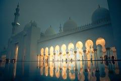 Άσπρο ιστορίας μουσουλμανικό τέμενος μνημείων κληρονομιάς ισλαμικό στο Αμπού Νταμπί Στοκ εικόνα με δικαίωμα ελεύθερης χρήσης