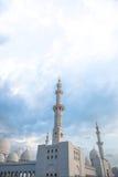 Άσπρο ισλαμικό μουσουλμανικό τέμενος κληρονομιάς ιστορίας στο Αμπού Νταμπί Στοκ Φωτογραφία