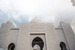 Άσπρο ισλαμικό μουσουλμανικό τέμενος κληρονομιάς ιστορίας στο Αμπού Νταμπί Στοκ φωτογραφία με δικαίωμα ελεύθερης χρήσης