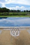 Άσπρο κάθισμα δίπλα στην πισίνα Στοκ φωτογραφία με δικαίωμα ελεύθερης χρήσης
