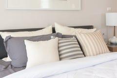 άσπρο κάλυμμα με το σύνολο μαξιλαριών στο κρεβάτι Στοκ Εικόνες