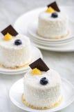 Άσπρο κέικ επιδορπίων σουσαμιού στοκ φωτογραφίες