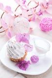 Άσπρο κέικ με την πρωτεΐνη κρέμας με το ντεκόρ των ρόδινων λουλουδιών σε έναν ξύλινο πίνακα Στοκ φωτογραφία με δικαίωμα ελεύθερης χρήσης