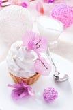 Άσπρο κέικ με την πρωτεΐνη κρέμας με το ντεκόρ των ρόδινων λουλουδιών σε έναν ξύλινο πίνακα Στοκ εικόνες με δικαίωμα ελεύθερης χρήσης