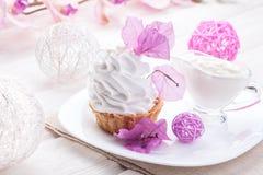 Άσπρο κέικ με την πρωτεΐνη κρέμας με το ντεκόρ των ρόδινων λουλουδιών σε έναν ξύλινο πίνακα Στοκ Φωτογραφία