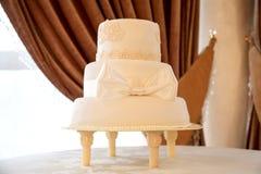 Άσπρο κέικ με το τόξο Στοκ Εικόνες