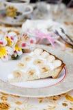 Άσπρο κέικ μπανανών σε ένα πιάτο Στοκ εικόνα με δικαίωμα ελεύθερης χρήσης