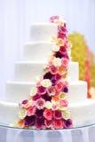 Άσπρο κέικ που διακοσμείται γαμήλιο με τα λουλούδια ζάχαρης Στοκ εικόνα με δικαίωμα ελεύθερης χρήσης