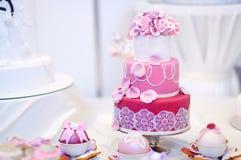 Άσπρο κέικ που διακοσμείται γαμήλιο με τα λουλούδια ζάχαρης Στοκ Εικόνα
