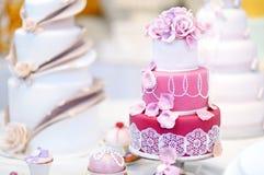 Άσπρο κέικ που διακοσμείται γαμήλιο με τα λουλούδια ζάχαρης Στοκ Εικόνες