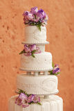 Άσπρο κέικ που διακοσμείται γαμήλιο με τα λουλούδια Στοκ εικόνες με δικαίωμα ελεύθερης χρήσης