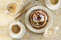 Άσπρο κέικ σοκολάτας με τα φουντούκια και την κρέμα Στοκ φωτογραφία με δικαίωμα ελεύθερης χρήσης
