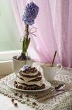 Άσπρο κέικ σοκολάτας με τα φουντούκια και την κρέμα Στοκ εικόνα με δικαίωμα ελεύθερης χρήσης