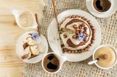 Άσπρο κέικ σοκολάτας με τα φουντούκια και την κρέμα Στοκ Εικόνες