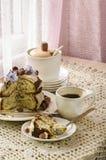 Άσπρο κέικ σοκολάτας με τα φουντούκια και την κρέμα Στοκ εικόνες με δικαίωμα ελεύθερης χρήσης