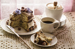 Άσπρο κέικ σοκολάτας με τα φουντούκια και την κρέμα Στοκ Φωτογραφίες
