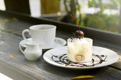 Άσπρο κέικ σοκολάτας με τον καφέ Στοκ φωτογραφία με δικαίωμα ελεύθερης χρήσης