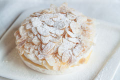 Άσπρο κέικ Στοκ φωτογραφία με δικαίωμα ελεύθερης χρήσης
