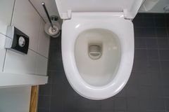 Άσπρο καθαρό κύπελλο τουαλετών με τη βούρτσα για την υγεία και υγειονομικός στο λουτρό στοκ εικόνες