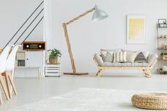 Άσπρο καθιστικό Στοκ φωτογραφία με δικαίωμα ελεύθερης χρήσης