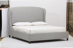 Άσπρο και γκρίζο σύγχρονο εσωτερικό κρεβατοκάμαρων με ένα διπλό κρεβάτι ντιβανιών - εικόνα στοκ φωτογραφίες