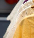 Άσπρο και κίτρινο ύφασμα σχεδίου Στοκ φωτογραφία με δικαίωμα ελεύθερης χρήσης