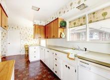 Άσπρο και καφετί εσωτερικό κουζινών με το κεραμίδι και floral που διαμορφώνεται Στοκ φωτογραφία με δικαίωμα ελεύθερης χρήσης
