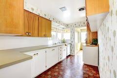 Άσπρο και καφετί εσωτερικό κουζινών με το κεραμίδι και floral που διαμορφώνεται Στοκ Εικόνες
