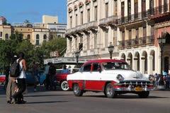 Άσπρο και κόκκινο κλασικό παλαιό αμερικανικό αυτοκίνητο Στοκ φωτογραφία με δικαίωμα ελεύθερης χρήσης