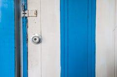 Άσπρο και μπλε ξύλινο εξόγκωμα πορτών ανοξείδωτου Στοκ εικόνες με δικαίωμα ελεύθερης χρήσης