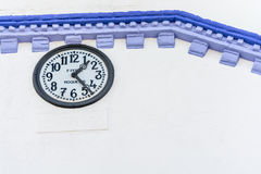 Άσπρο και μπλε ρολόι τοίχων Στοκ Εικόνες