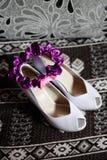 Άσπρο και πορφυρό garter γαμήλιων παπουτσιών νυφών Στοκ εικόνα με δικαίωμα ελεύθερης χρήσης