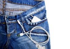 Άσπρο καλώδιο USB στο σκοινί τσεπών USB τζιν με την τσέπη τζιν Στοκ εικόνες με δικαίωμα ελεύθερης χρήσης