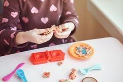 Άσπρο καυκάσιο plasticine παιχνιδιού κοριτσιών preschooler playdough στο εσωτερικό στο σπίτι Στοκ Εικόνες